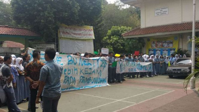 Sejumlah siswa SMAN 87 Jakarta menggelar unjuk rasa membela guru mereka