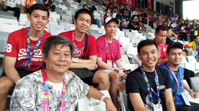 Skuat ganda putra Pelatnas Cipayung menonton langsung cabang Para Badminton APG