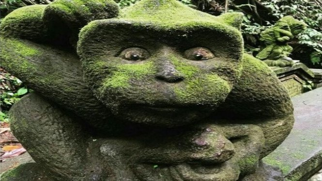 Patung monyet di taman wisata Ubud Monkey Forest