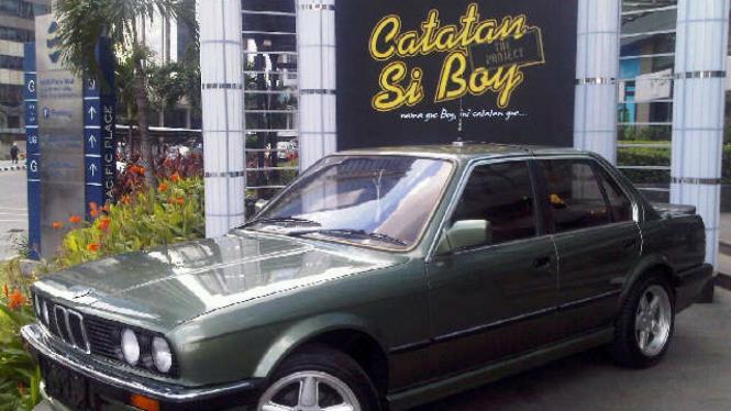Mobil BMW yang digunakan di film Catatan Si Boy dipajang di kawasan Melawai Blok M