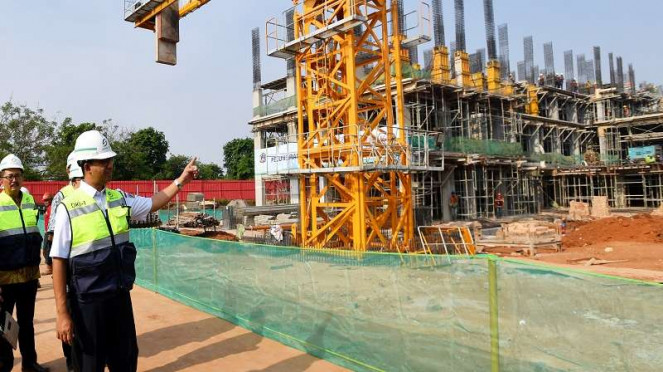 Gubernur DKI Jakarta Anies Baswedan meninjau pembangunan