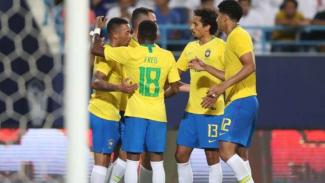 Pemain Timnas Brasil merayakan gol.
