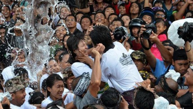 Tradisi Omed Omed Di Bali.