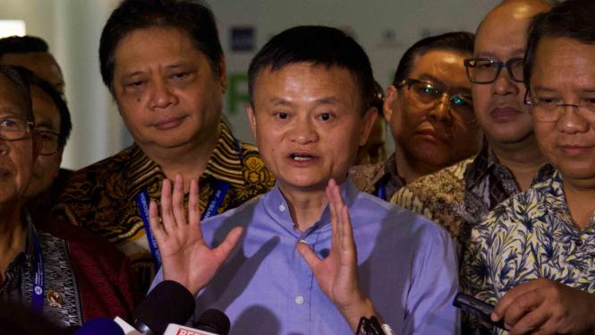 Pendiri Alibaba, Jack Ma (tengah) saat berkunjung ke Indonesia.