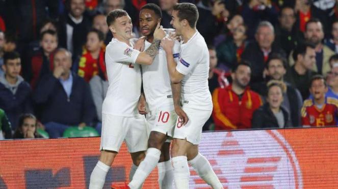 Pemain Inggris rayakan gol Raheem Sterling.
