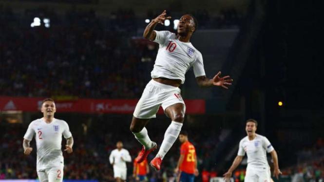 Pemain Inggris, Raheem Sterling rayakan gol.