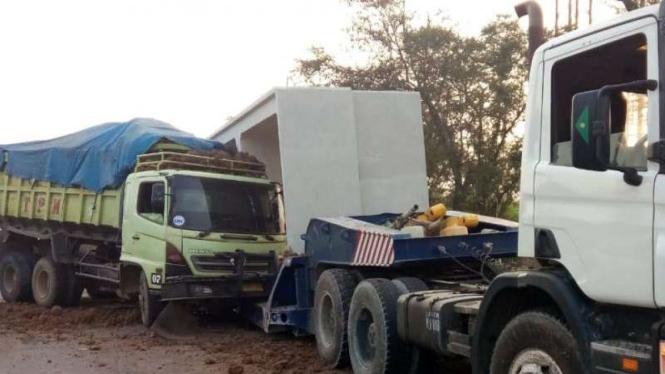 Truk mengalami kecelakaan beruntun di Jalan Tol Sedyatmo