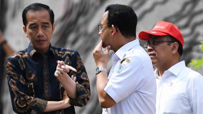 Presiden Joko Widodo (kiri) berbincang dengan Mensesneg Pratikno (kanan) dan Gubernur DKI Jakarta Anies Baswedan saat meninjau fasilitas umum untuk masyarakat berkebutuhan khusus di Jakarta Oktober 2019.