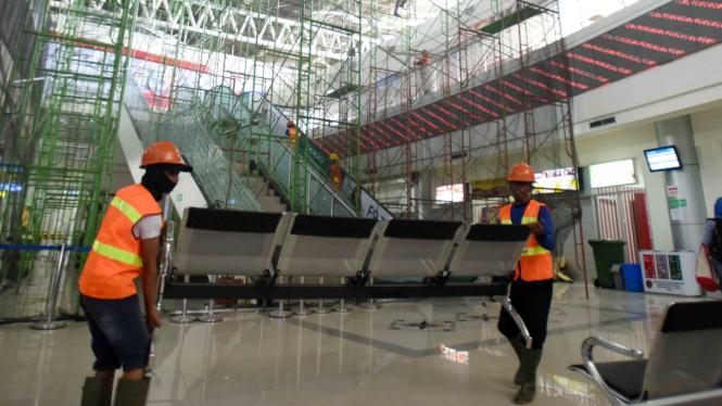 Pekerja memperbaiki ruangan yang rusak akibat gempa di Bandara Mutiara SIS Al Jufri Palu, Sulawesi Tengah