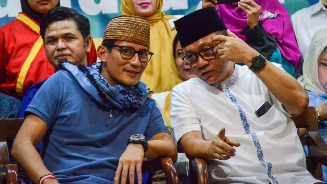 Calon Wakil Presiden nomor urut 02 Sandiaga Uno (kiri) berbincang bersama Ketua Umum PAN Zulkifli Hasan (kanan) saat silaturahmi bersama warga Muhammadiyah di Masjid Mujahidin Bandung, Jawa Barat
