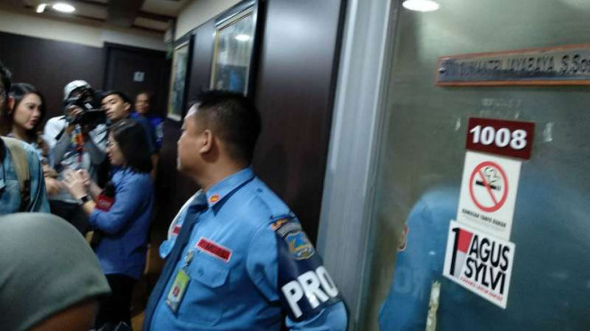 Petugas mengecek penembakan di ruangan anggota DPR Fraksi Demokrat Vivi Sumantri