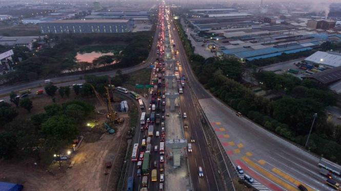 Foto aerial pembangunan konstruksi Jalan Tol Layang Jakarta-Cikampek di Cikarang, Bekasi, Jawa Barat