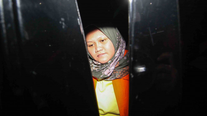 Bupati Bekasi Neneng Hassanah Yasin memasuki mobil tahanan usai menjalani pemeriksaan di gedung KPK, Jakarta