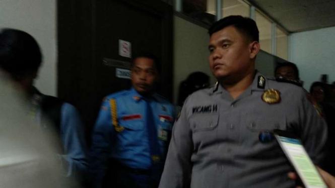 Polisi mendatangi gedung DPR untuk mengecek penembakan, Rabu, 17 Oktober 2018.