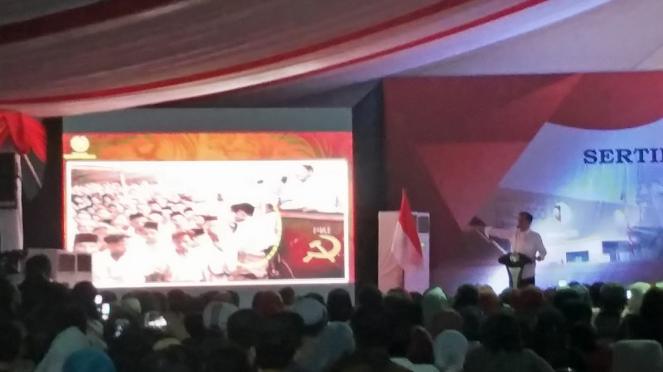 Presiden Jokowi saat menunjukan gambar hoax terkait dirinya dan PKI di Marunda