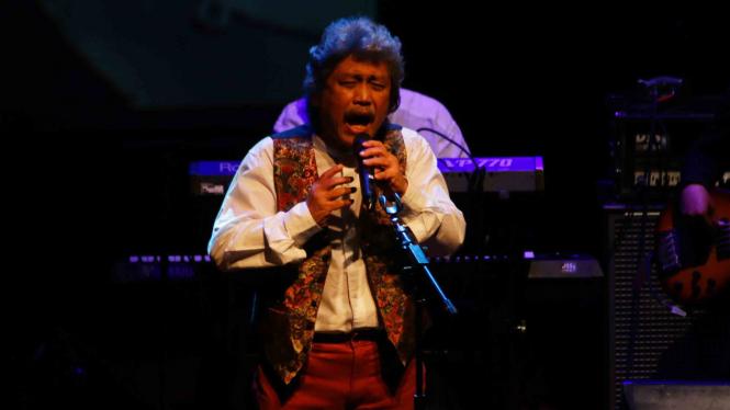Penyanyi Sam Bimbo bernyanyi dalam acara solidaritas untuk korban bencana di Palu dan Lombok di Jakarta