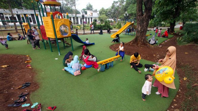 Sejumlah anak bermain di Taman Cibinong, Bogor, Jawa Barat