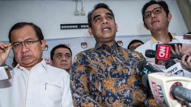 Sekjen Partai Gerindra Ahmad Muzani (tengah), Sekjen Partai Keadilan Sejahtera (PKS) Mustafa Kamal (kanan), dan Sekjen Partai Berkarya Priyo Budi Santoso (kiri) yang tergabung dalam tim pemenangan Prabowo-Sandi.