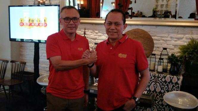 Mantan Dirut Indosat Ooredoo, Joy Wahjudi (kiri) dan Chris Kantar (Dirut baru)