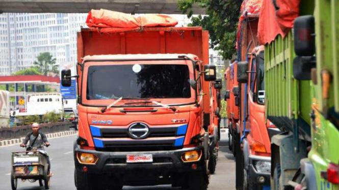 Truk sampah DKI Jakarta diparkir di Jalan Ir H Juanda setelah diadang Dishub.