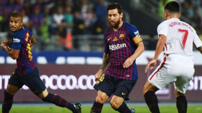 Kapten Barcelona, Lionel Messi (tengah) dalam laga kontra Sevilla