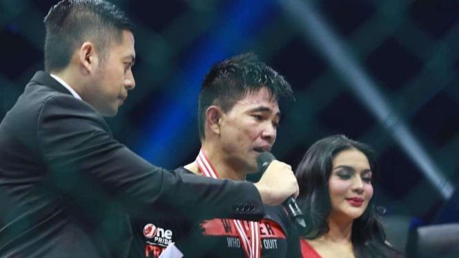 Petarung One Pride MMA, Frisno Tumilar (tengah)
