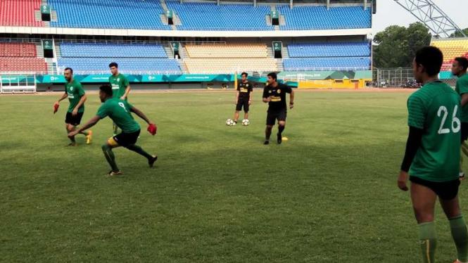 Alfredo Vera memimpin latihan Sriwijaya FC