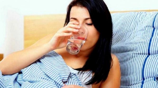 Ilustrasi minum air putih.