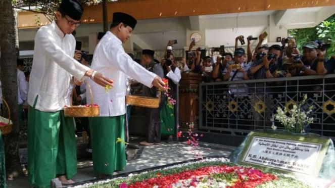 Calon presiden dan wakil presiden Prabowo Subianto dan Sandiaga Uno berziarah di makam Abdurrahman Wahid alias Gus Dur di kompleks Pesantren Tebuireng di Jombang pada Senin, 22 Oktober 2018.