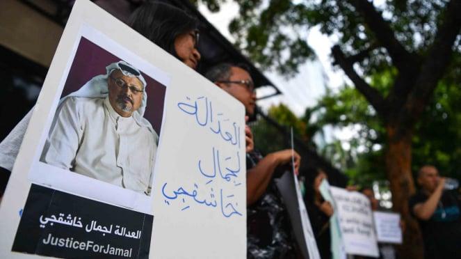 Sejumlah jurnalis melakukan aksi solidaritas bagi wartawan Arab Saudi Jamal Khashoggi di depan Kedutaan Besar Arab Saudi, Jakarta