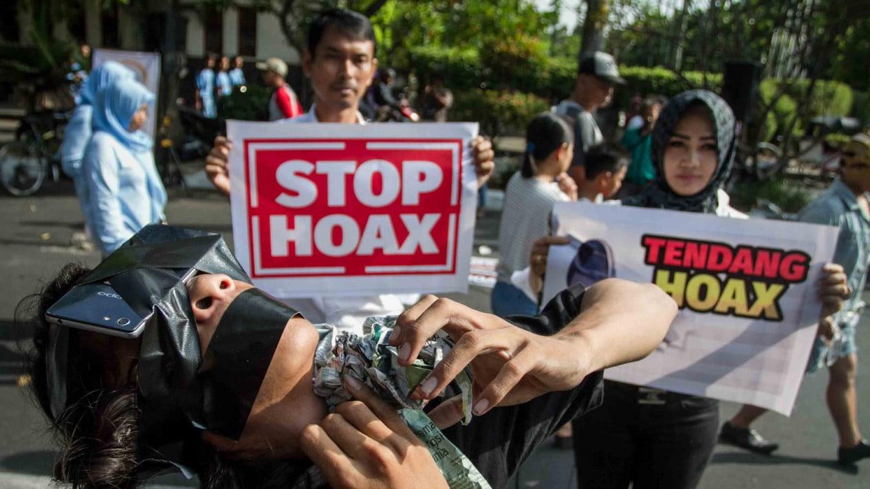 Warga melakukan aksi teatrikal saat mengkampanyekan Gerakan Anti Hoax di Solo, Jawa Tengah.