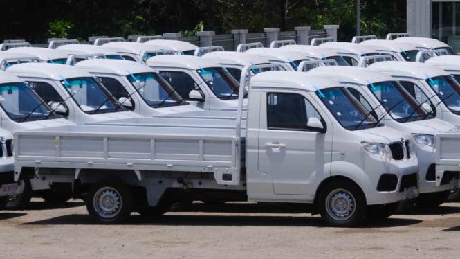 Sejumlah mobil pickup terparkir di halaman pabrik mobil Esemka di Sambi, Boyolal