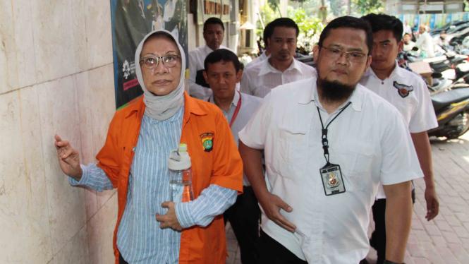 Tersangka penyebaran berita bohong atau hoax Ratna Sarumpaet (kiri) dikawal petugas saat menjalani pemeriksaan di Dirkrimum Polda Metro jaya, Jakarta