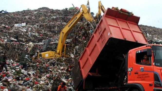 Truk menurunkan muatan sampah di TPST Bantargebang Kota Bekasi, 22 Oktober 2018.