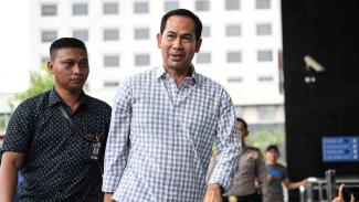 Terpidana kasus suap hakim MK dalam sengketa Pilkada Tubagus Chaeri Wardhana alias Wawan (kanan) tiba di gedung KPK untuk diperiksa di Jakarta beberapa waktu lalu.