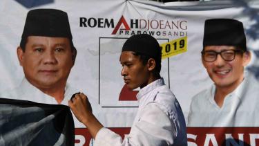 Seorang partisipan membentangkan baliho pasangan calon Presiden dan Wakil Presiden nomor urut 02 Prabowo Subianto dan Sandiaga Uno saat peresmian rumah pemenangan di Surabaya, Jawa TImur