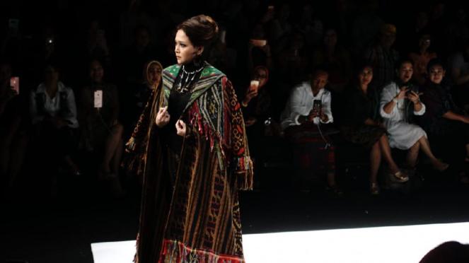 Maia Estianty di show Anne Avantie Jakarta Fashion Week 2019