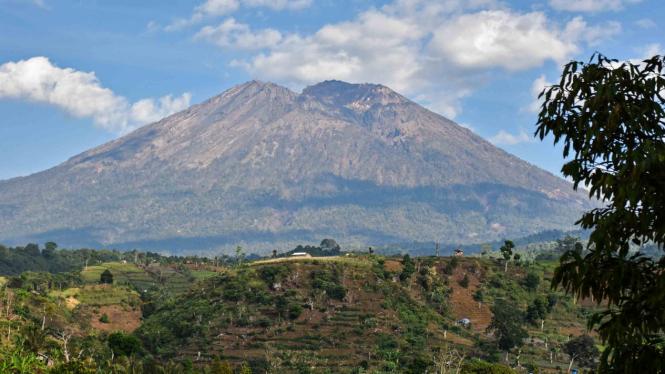 Panorama puncak Gunung Rinjani terlihat dari Desa Sapit, Kecamatan Suela, Lombok Timur, NTB