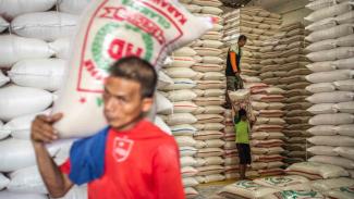 Pekerja mengangkut karung beras di Pasar Induk Beras Cipinang, Jakarta
