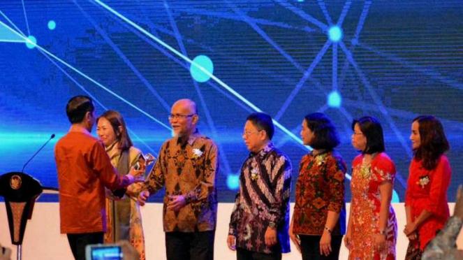 Presiden Jokowi menyerahkan Primaniyarta Award 2018 ke Presiden Direktur TMMIN