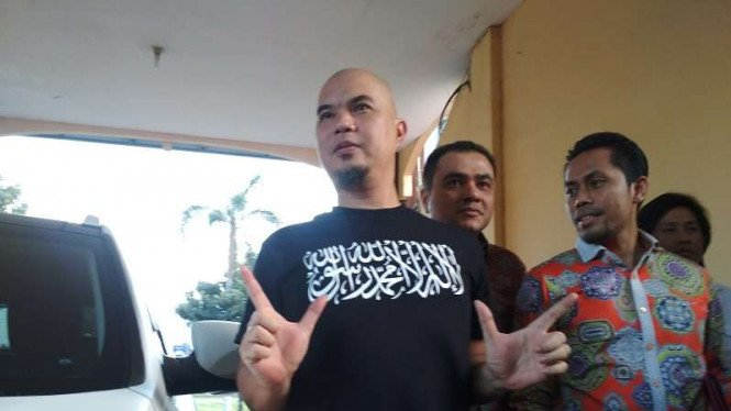 Ahmad Dhani mengenakan kaus kalimat tauhid di Markas Polda Jatim, Surabaya.