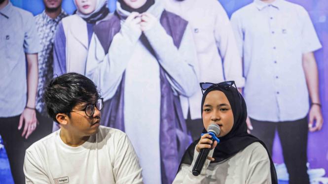 Keyboardis grup musik religi Sabyan Gambus, Ahmad Fairuz alias Ayus (kiri) dan Penyanyi Nissa (kanan).