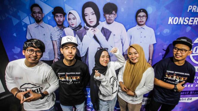 Grup musik religi Sabyan berpose saat menghadiri konfrensi pers jelang Konser Sabyan di Jakarta