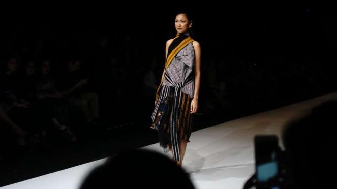 Jakarta Fashion Week 2019 tema Tepian karya Lulu Lutfi Labibi