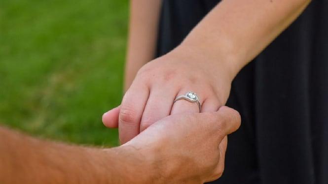 Ilustrasi cincin tunangan