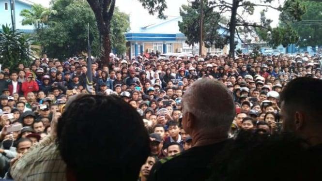 Ribuan Bobotoh sambut kedatangan Persib Bandung di Bandara Husein Sastranegara.