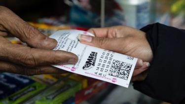https://thumb.viva.co.id/media/frontend/thumbs3/2018/10/26/5bd27d2f7d251-pemenang-lotere-di-as-hadiahnya-miliaran-dolar_375_211.jpg