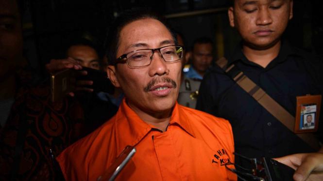 Tersangka yang terjerat OTT KPK selaku Bupati Cirebon Sunjaya Purwadi Sastra (tengah) dengan rompi tahanan meninggalkan kantor KPK di Jakarta