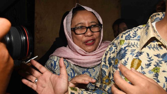Wakil Ketua Tim Badan Pemenangan Nasional (BPN) pasangan capres cawapres Prabowo Subianto-Sandiaga Uno, Nanik S. Deyang (tengah) memasuki ruang Direktorat Reserse Kriminal Umum Polda Metro Jaya untuk menjalani pemeriksaan sebagai saksi di Jakarta