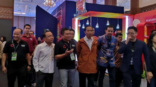 Presiden Joko Widodo didampingi Dirut Telkomsel, Ririek Adriansyah